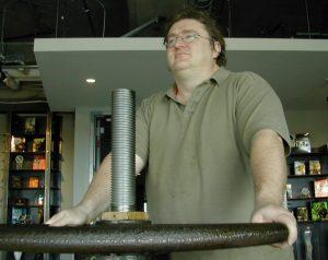 Gabe et l'emblématique valve de son studio.
