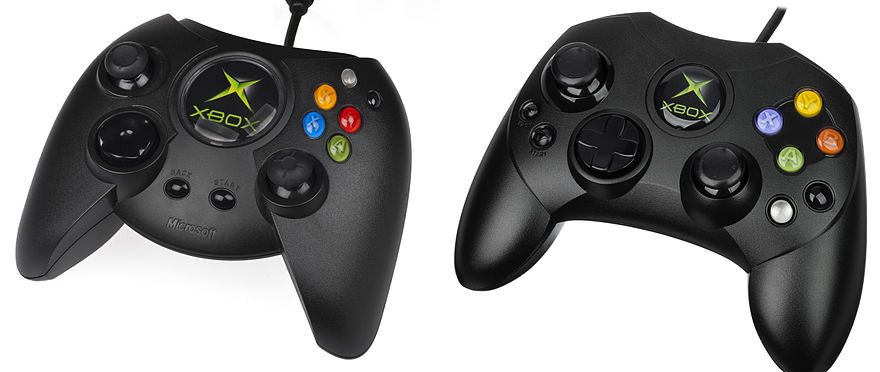 """A gauche, la première version occidentale de la manette Xbox. A droite, le modèle """"S"""" avant tout pensé pour les Japonais."""